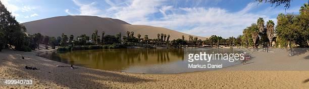 "panorama view of huacachina oasis lake in ica, per - ""markus daniel"" - fotografias e filmes do acervo"