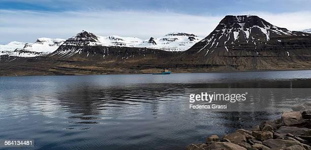 panorama view of reyðarfjörður, austurland - austurland stock-fotos und bilder
