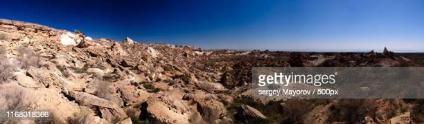panorama view to plateau ustyurt and the edge of aral sea at duana cape, karakalpakstan, uzbekistan - 岩壁 ストックフォトと画像