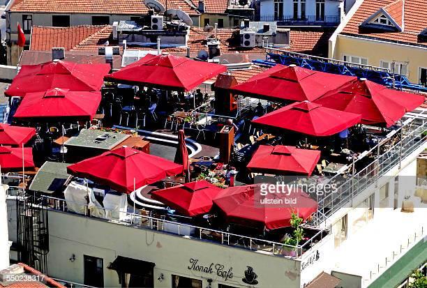 Panoramablick auf Restaurantdach vom Galataturm im Stadtteil Karakoey TUERKEI Istanbul 062011 Stadtteil Karakoey