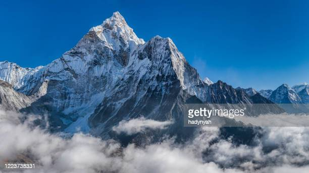 panoramic 59 mpix xxxxl size view of mount ama dablam in himalayas, nepal - himalaya foto e immagini stock