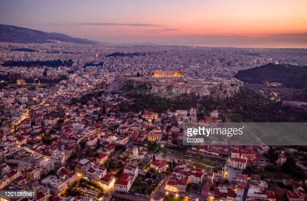 photo aérienne panoramique de l'acropole et de monastiraki, centre-ville d'athènes, grèce, la nuit - athènes photos et images de collection