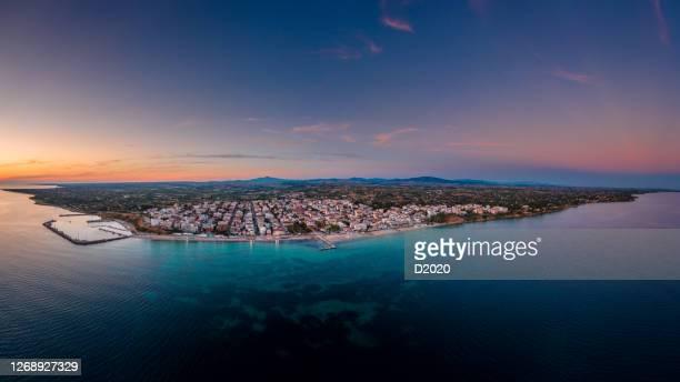 foto aérea panorámica de la ciudad y puerto de nea kallikrateia, tesalónica, península de halkidiki en verano al atardecer - peninsula de grecia fotografías e imágenes de stock