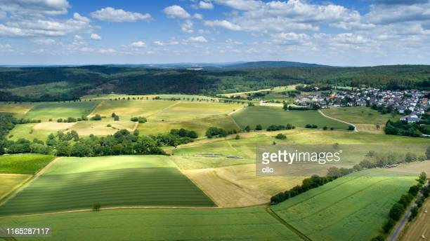 panoramische luchtfoto van het duitse landschap - dorp stockfoto's en -beelden