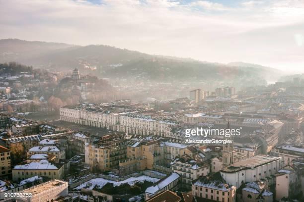 panoramisch luchtfoto van turijn en snowy italiaanse alpen - turin stockfoto's en -beelden