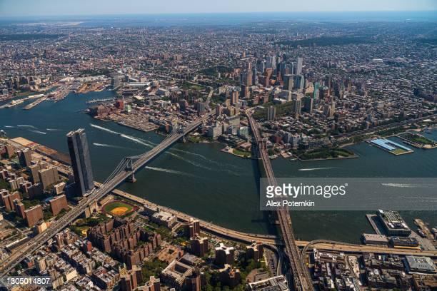 panoramische luchtmening van twee bruggen, manhattan, dumbo, brooklyn, en downtown brooklyn van een helikopter. - waterkant stockfoto's en -beelden