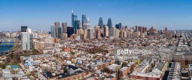 vista aérea panorámica sobre el centro de filadelfia sobre el distrito residencial en un día soleado. - filadelfia pensilvania fotografías e imágenes de stock