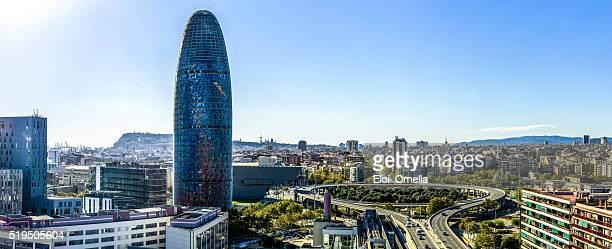 Vista panorámica de los edificios perfilados contra el horizonte día de barcelona, Cataluña, España glorias horizontal cielo azul