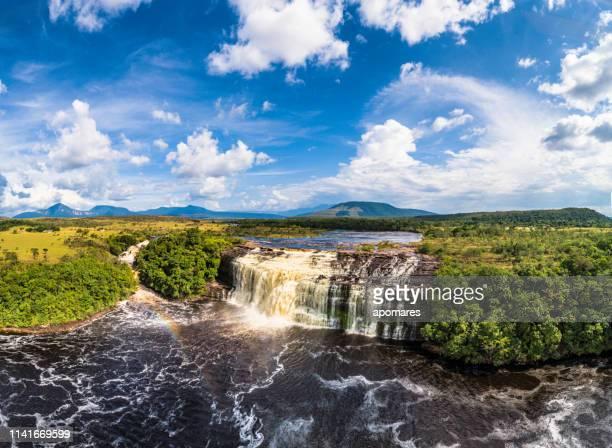 panorámica de la laguna canaima con vistas aéreas. parque nacional canaima, venezuela - la gran sabana fotografías e imágenes de stock