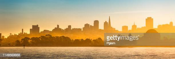 panoramische stad scenic view silhouet van san francisco california usa - birthplace of silicon valley stockfoto's en -beelden