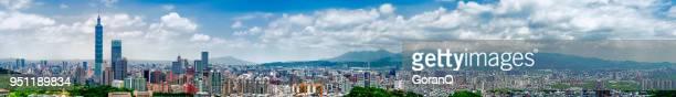 panoramisch stadsgezicht van de skyline van de stad van taipei en wolkenkrabber. - taipei stockfoto's en -beelden