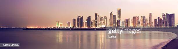 panoramic doha night skyline - doha stockfoto's en -beelden