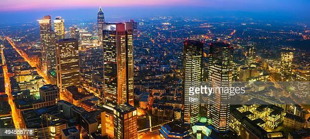 Panorama Bild von Skyline von Frankfurt beleuchtet bei Nacht, Luftaufnahme