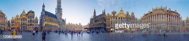panoramisch beeld van grote markt (grote markt) centraal plein van brussel - brussels hoofdstedelijk gewest stockfoto's en -beelden