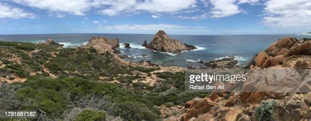 panoramic landscape view of sugarloaf rock western australia - rafael ben ari - fotografias e filmes do acervo