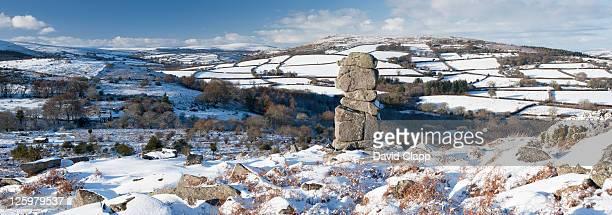 panoramic of bowerman's nose rock formation looking towards hamel down, dartmoor, devon, uk - イングランド南西部 ストックフォトと画像
