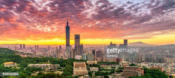 用燃燒天空的日落時分,臺灣臺北市的全景 - taipei 101 個照片及圖片檔