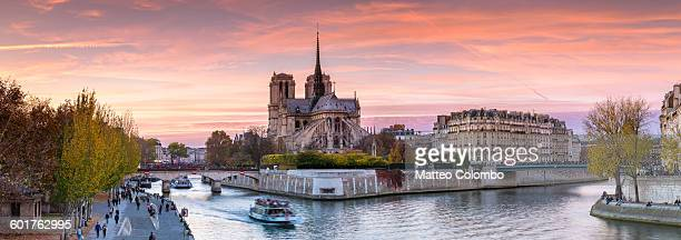 panoramic of notre dame at sunset, paris - notre dame de paris photos et images de collection