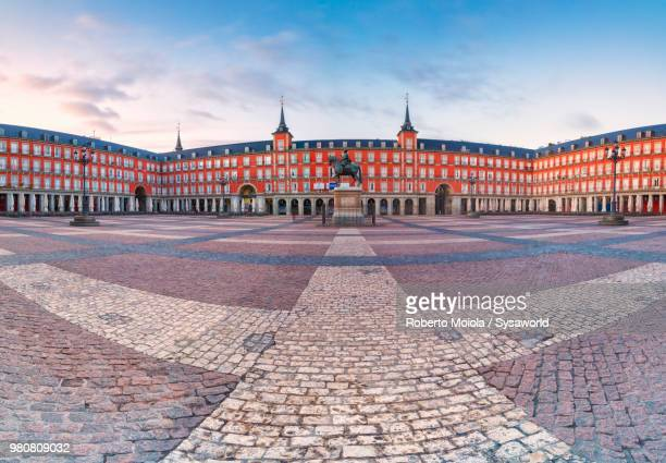 panoramic of plaza mayor at sunrise, madrid, spain - maire photos et images de collection