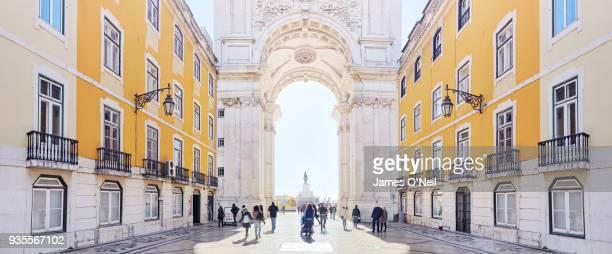 panoramic of tourists walking towards the arco da rua augusta, lisbon, portugal - rua fotografías e imágenes de stock