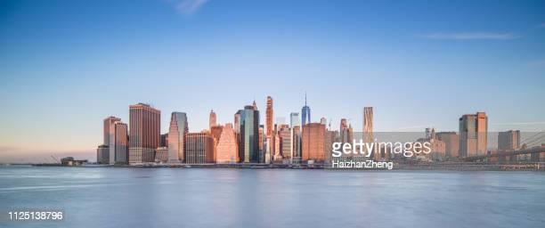 イースト ・ リバー、都市景観のスカイラインによってニューヨーク ニューヨーク市ブルックリン橋公園の外の屋外の俯瞰全景パノラマ - ニューヨーク湾 ストックフォトと画像