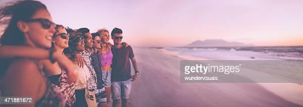 Panorama-Aufnahmen von einer Reihe von Freunden vor dem Sonnenuntergang
