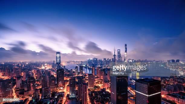 panoramaausblicke auf die skyline von shanghai - finanzen und wirtschaft stock-fotos und bilder