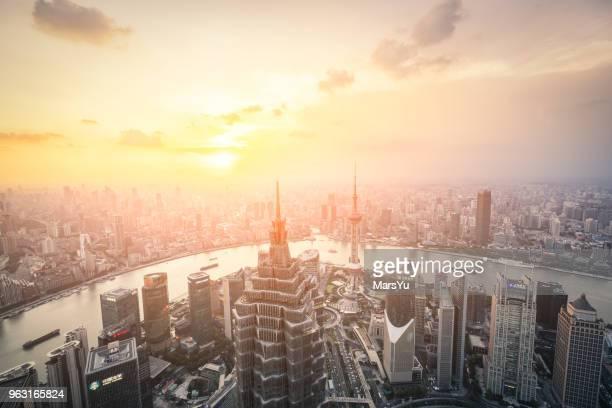 vistas panorâmicas para o horizonte de xangai - rio huangpu - fotografias e filmes do acervo
