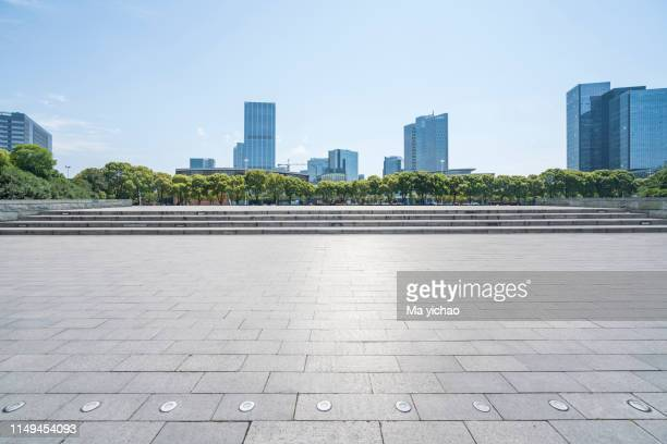 panoramic skyline with empty square - panoramique photos et images de collection