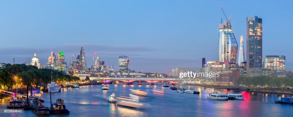 Panoramic skyline with important landmarks of London at dusk : Stock Photo