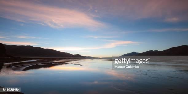 panoramic sunset over yarlung tsangpo river, tibet, china - tibet stockfoto's en -beelden