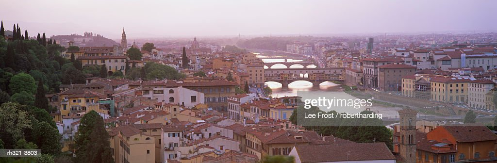 Panoramic view at dusk over Florence showing River Arno and Ponte Vecchio from Piazza Michelangelo, Florence, Tuscany, Italy, Europe : Stockfoto