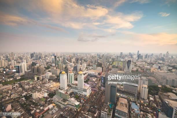 パノラマビューシティスケープビジネス地区(マッカサン、バイヨーク、ラチャプラロップ、パトゥナムバンコク、タイ)夕暮れ時の空中写真高層ビル - シーロム ストックフォトと画像