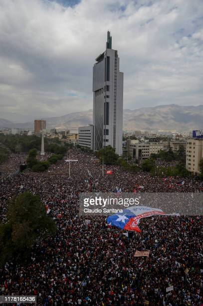 Panoramic view de Plaza Baquedano during the eighth day of protests against President Sebastian Piñera's government on October 25, 2019 in Santiago,...