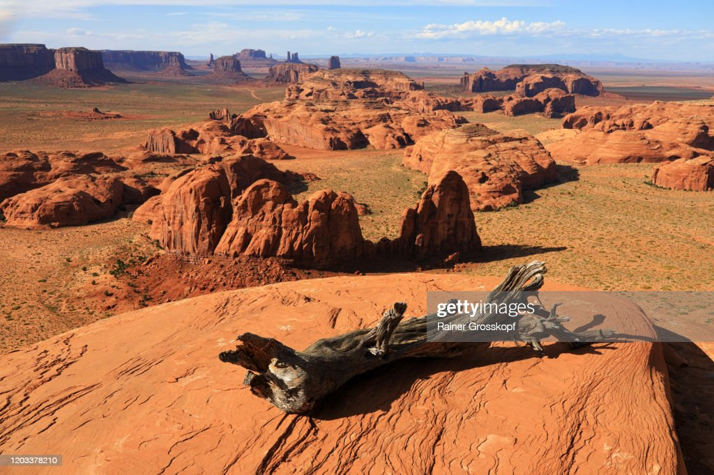 Panoramic view from a mesa into the famous Monument Valley : Foto de stock