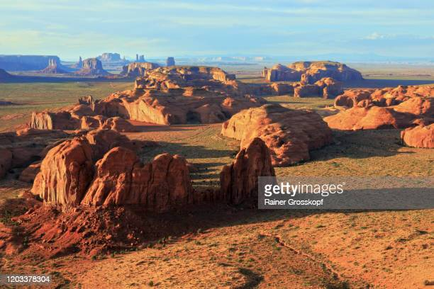 panoramic view from a mesa into the famous monument valley - rainer grosskopf stock-fotos und bilder