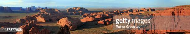 hunts mesa, az, usa - may 2019: panoramic view from hunts mesa at the monument valley in the navajo reservation at sunset - rainer grosskopf stock-fotos und bilder