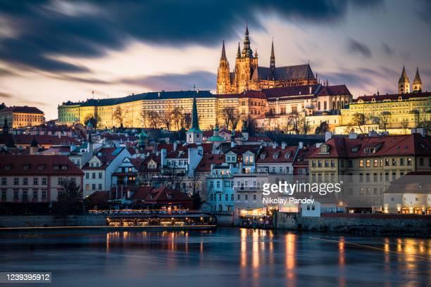 プラハの美しい街でヴルタヴァ川と聖ヴィート大聖堂と歴史的な城に向かって長距離からパノラマの景色 - 創造的なストック写真 - 高ダイナミックレンジ画法 ストックフォトと画像