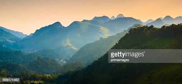 Vue panoramique sur le lever du soleil dans les montagnes brumeuses au nord de la Thaïlande