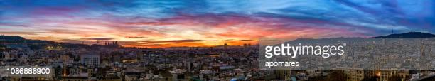 スペイン バルセロナ市都市スカイラインの夕日のパノラマ ビュー - ローカルな名所 ストックフォトと画像
