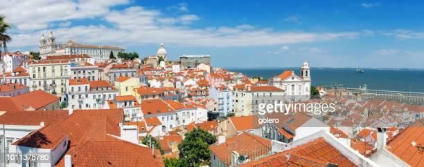 panoramablick über alfama viertel in lissabon - lissabon stock-fotos und bilder