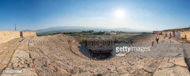 ヒエナポリ古代都市、パムッカレの円形劇場のパノラマビュー - トラバーチン ストックフォトと画像