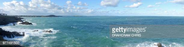 panoramic view of atlantic ocean, saint malo, brittany, france - littoral photos et images de collection