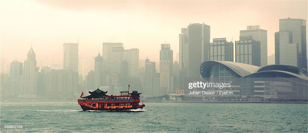 Panoramic View Of Boat Sailing In River Against Cityscape : Foto stock