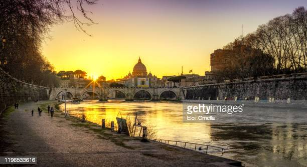 panoramic view of castel sant'angelo, sant'angelo bridge and tiber river at sunset from the streets of rome. italy - vaticano imagens e fotografias de stock