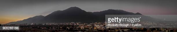 panoramic view of cityscape against sky at night - caracas fotografías e imágenes de stock