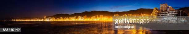 Vista panorámica de la playa de Cullera y pueblo de noche