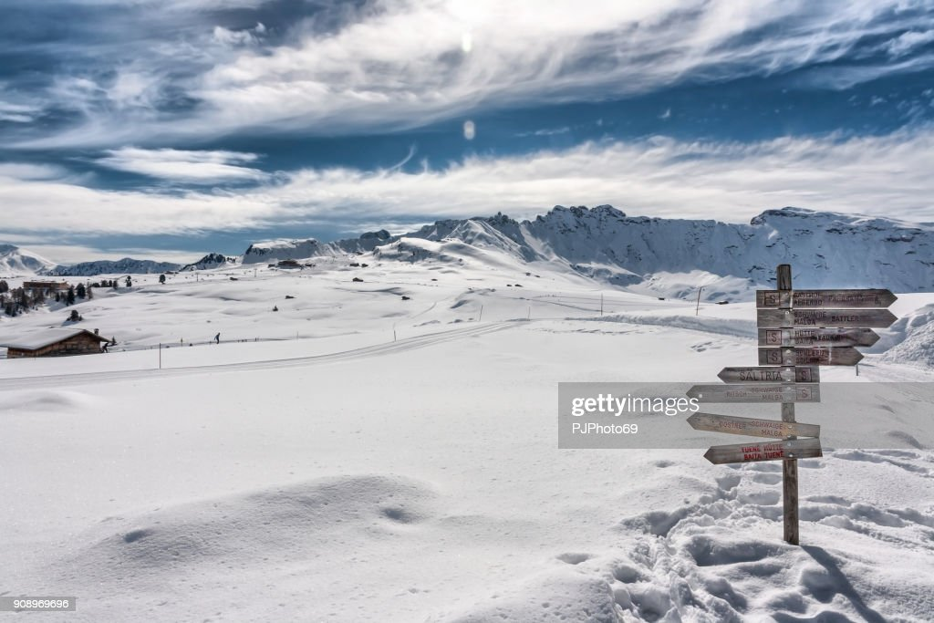 Panoramic view of Dolomiti in Seiser Alm with trail signs : Foto stock