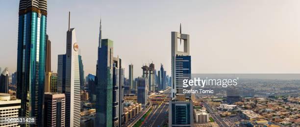 Vue panoramique du centre-ville de Dubaï depuis un toit au coucher du soleil