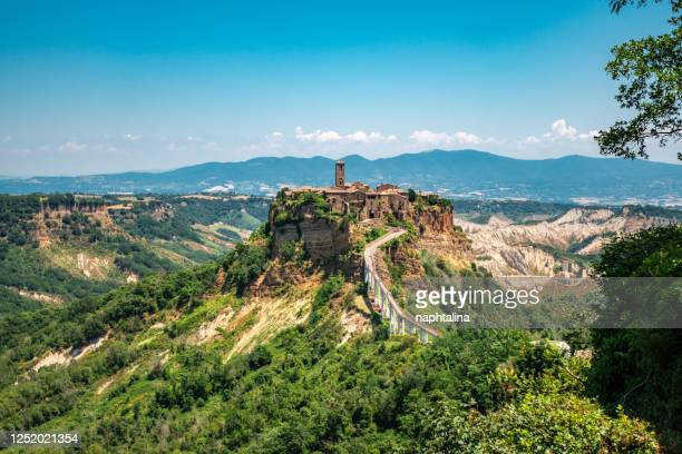 panoramic view of famous civita di bagnoregio - civita di bagnoregio foto e immagini stock